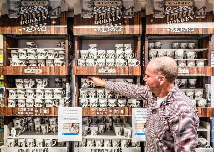 De historische mokken vinden gretig aftrek in de supermarkt van Bert Helmink.