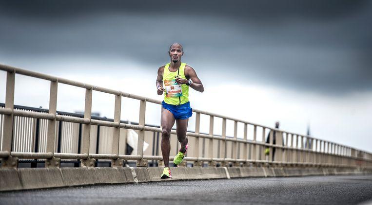 Mohamed Ali in actie tijdens de NK halve marathon in Nijmegen. Hij werd uiteindelijk vijfde. Beeld Koen Verheijden