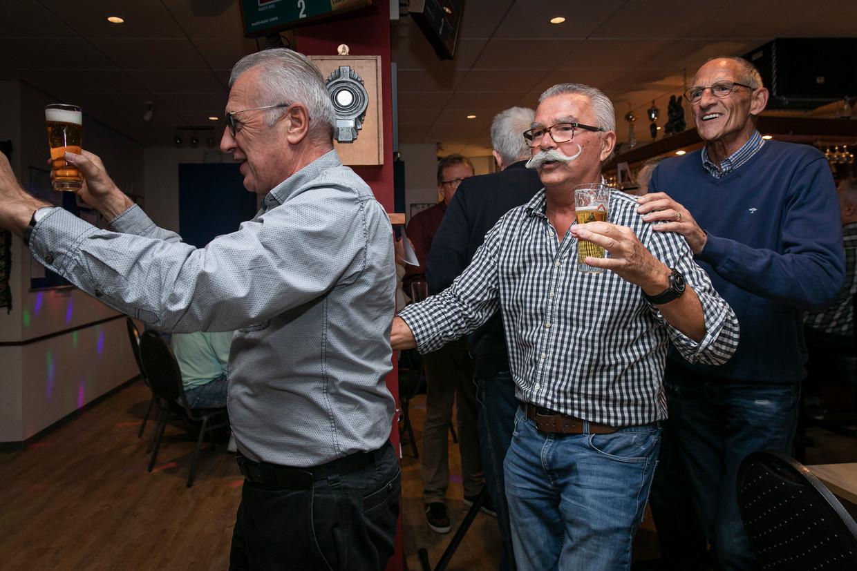 Joop Luij (met snor), voormalig chef van Henk Ossebaar. Beeld Dingena Mol