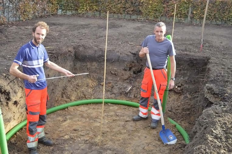 Het plantgat is door gemeentearbeiders al klaar gemaakt.
