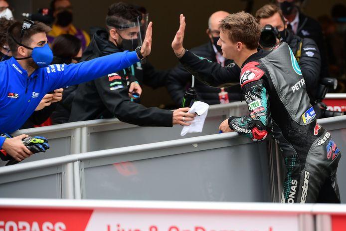 Fabio Quartararo celebrates viert de overwinning in Spanje met zijn team.