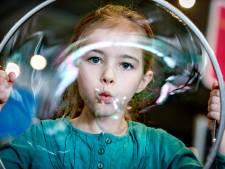 Van magische pap tot reuzebellen: dit zijn de leukste proefjes om met kinderen te doen