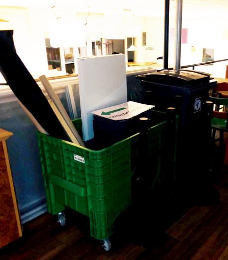 Inventaris stembureau, inclusief verzegelde dozen, staat onbeheerd in flat