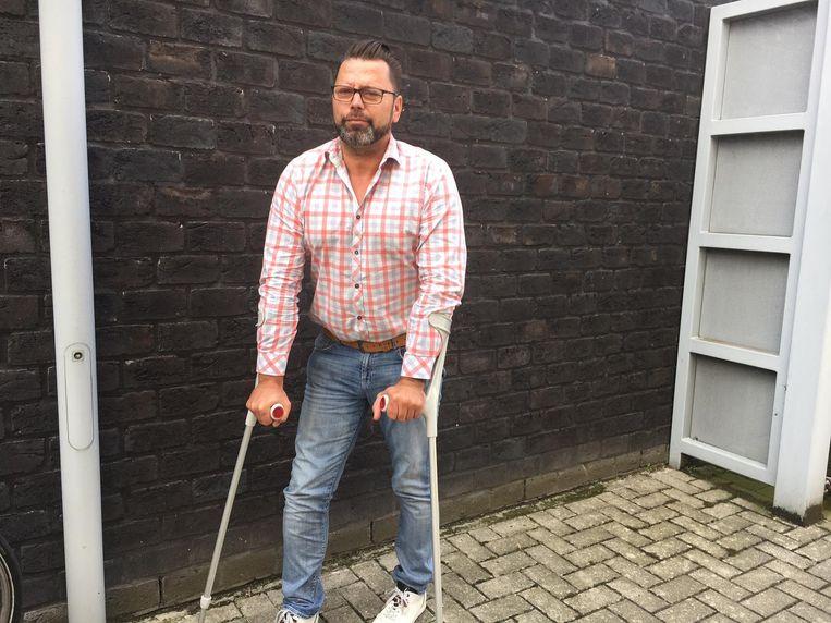 Dirk Sampers stapt nog steeds met krukken, maar zakte wel naar de Ieperse politierechtbank af.