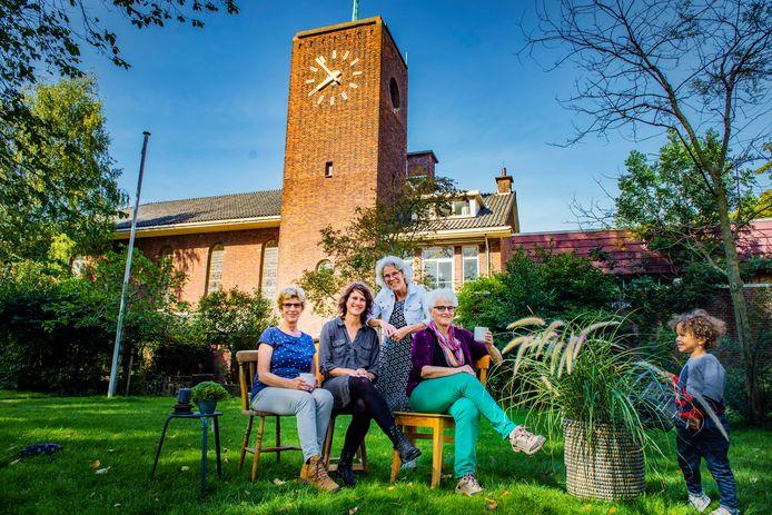 Heleen Goddijn, Lenka van Dijk, Judy Verschoor en Nelleke Cornelissen (v.l.n.r.) bij de Bethelkerk waar ze willen gaan wonen. Rechts: Aiden het zoontje van Van Dijk.
