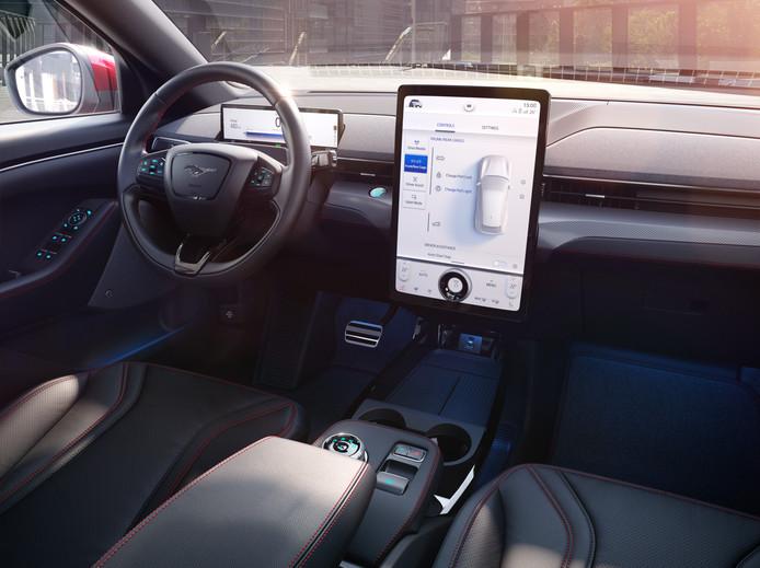 De Mach E krijgt - net als de Tesla Model Y - een groot scherm in het dashboard