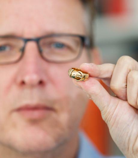 Deventer kunstdetective raakte kostbare teruggevonden ring bijna kwijt in de trein