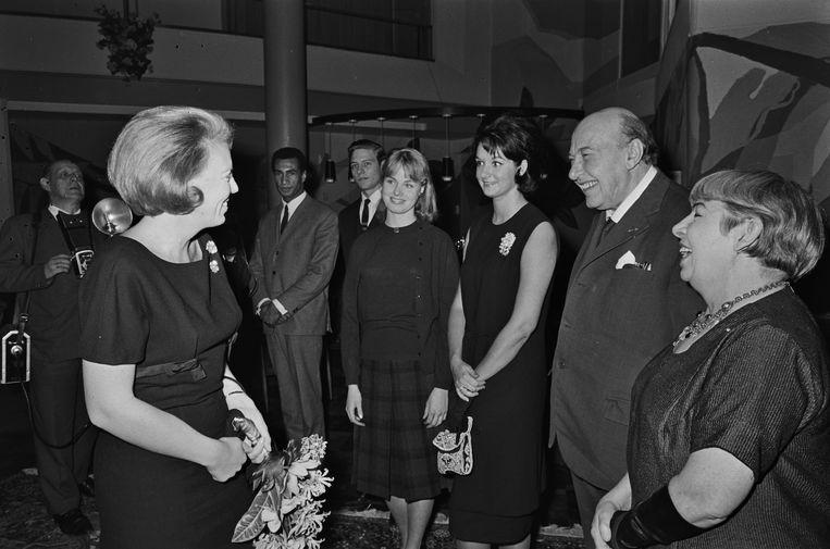 Prinses Beatrix bezoekt de première van de film Plantage Tamarinde (1964), op de achtergrond Jack Monkau.   Beeld ANP