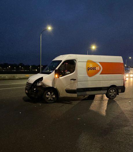 Pakjesbezorger crasht op E40 in Brugge