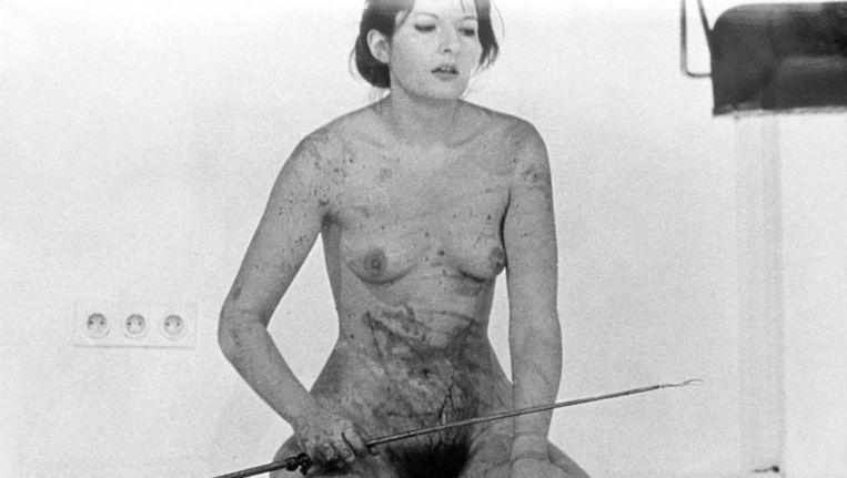 Marina Abramovic in de legendarische, bloedige performance Thomas Lips, die ze met Ulay in 1975 ook in De Appel bracht Beeld Marina Abramovic