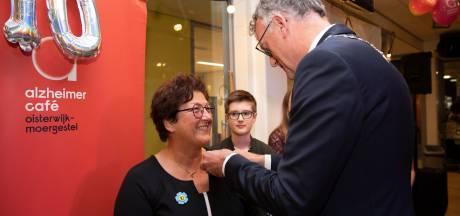 Oisterwijk geeft blijk van waardering aan oprichtster van het Alzheimer Café