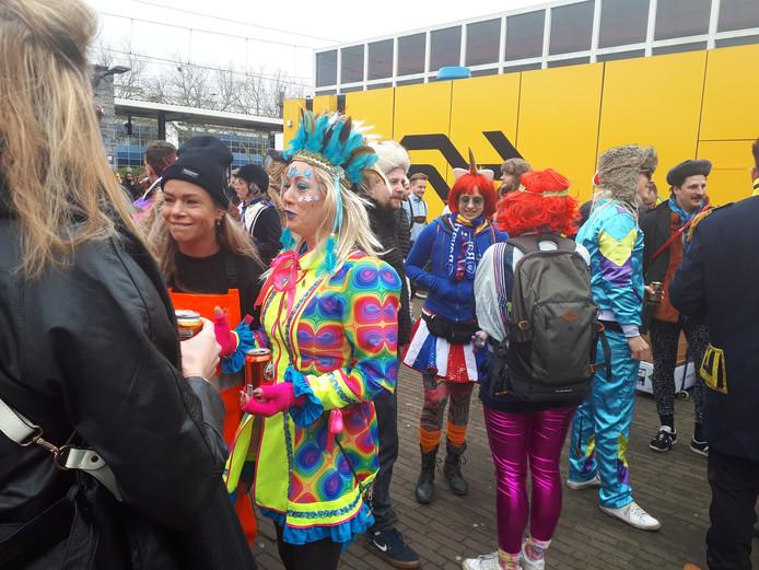Fans van de Kapotte kachels wachten op het vertrek van de partybus, vol met drank, muziek en andere vrolijkheid.