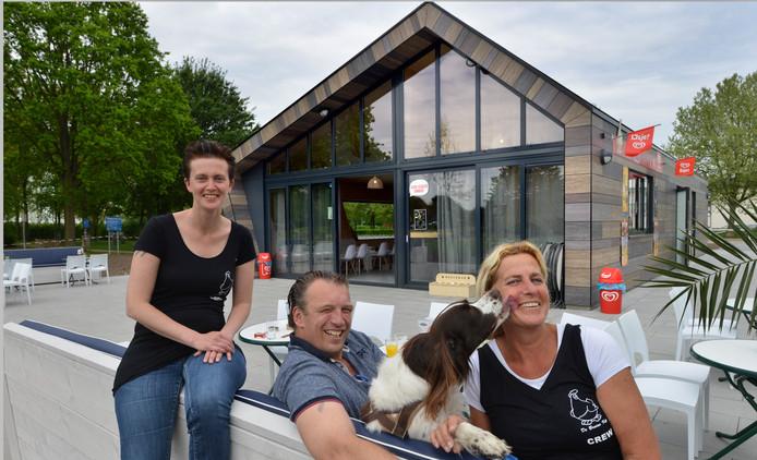 Eigenaar Hanjo de Jong met zijn medewerkers Sasja Zwiers  en Marion Bieszke (Blond) bij hun nieuwe Gasterij De Meent in Beusichem.