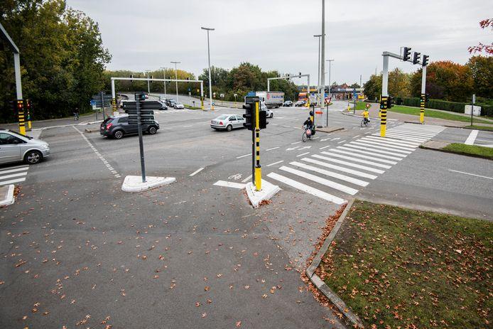 Het kruispunt moet een pak veiliger, onder andere met ondergrondse fietstunnels. Nu komen fietsers te vaak in conflict met wagens.
