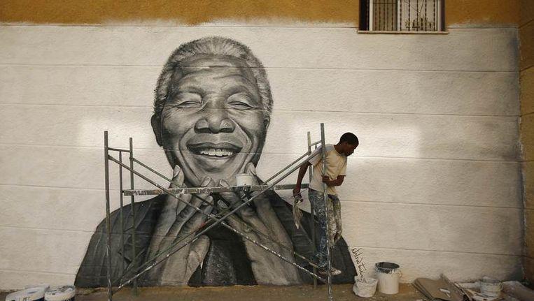 Mandela in verf op een muur in Lissabon. Beeld reuters