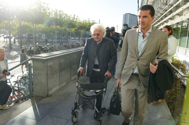 Uroloog Bo Coolsaet (79) komt met zijn advocaat Kris Luyckx aan op de rechtbank. De dokter herstelt van een bekkenbreuk die hij opliep bij een ernstig verkeersongeval. Een taxi met Coolsaet als passagier werd aan een rood licht aangereden door een onoplettende chauffeur.
