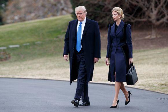 Donald Trump en zijn dochter Ivanka op de South Lawn van het Witte Huis.
