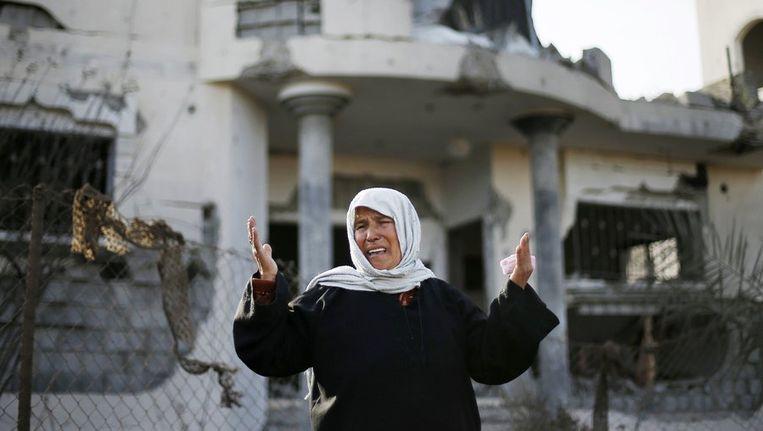 Een Palenstijnse vrouw huilt voor haar huis dat werd verwoest na een luchtaanval vandaag in Gazastrook Beeld reuters