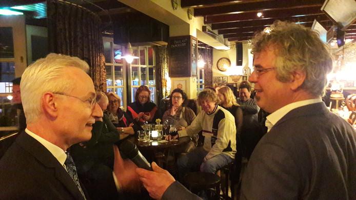 Gelderlander-journalist en Nieuwscafé-presentator Menno Pols (rechts) interviewt Hans Verheijen, toen nog burgemeester van Wijchen, in het eerste Gelderlander Nieuwscafé Wijchen na de doorstart, in januari 2020.