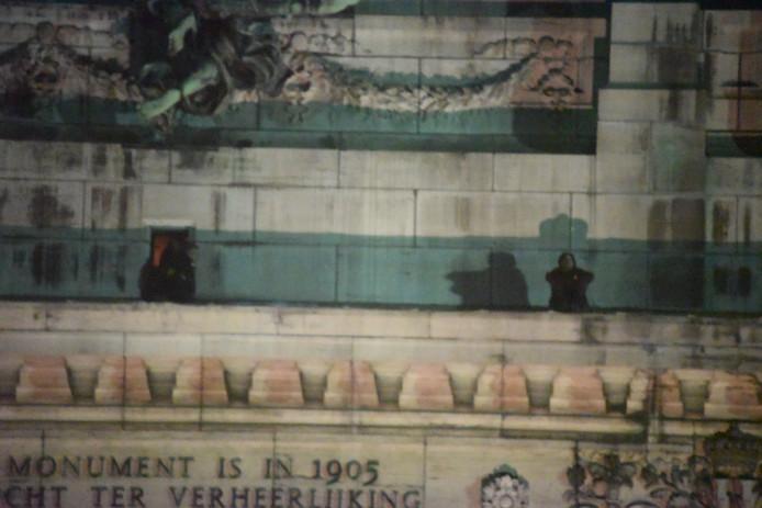 L'individu est resté plus de 6h assis en haut des arches.