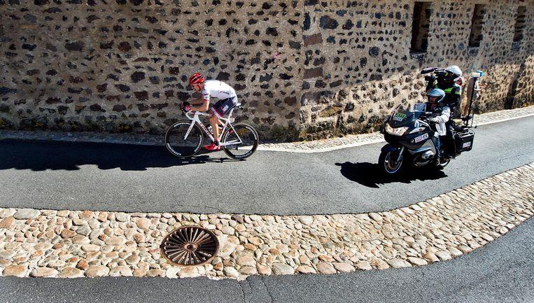 Bauke Mollema zet in Vidal aan op de laatste klim van de etappe op weg naar le Puy-en-Vélay, waar Mollema de dagzege binnenhaalt. Beeld Klaas Jan van der Weij / de Volkskrant