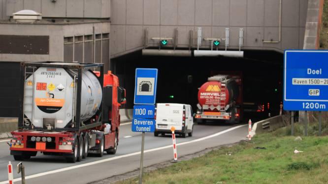 Herstellingswerken aan verzakte betonplaten in Beverentunnel