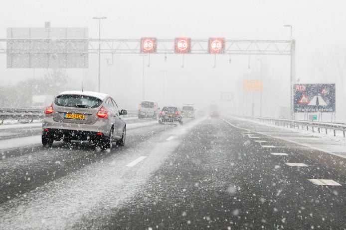 De sneeuw kan morgen voor veel verkeershinder zorgen.