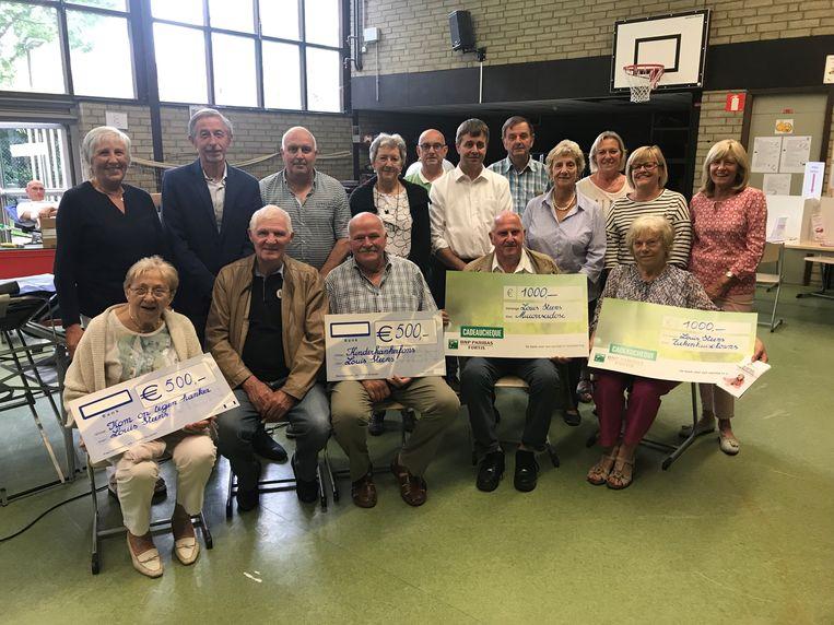 De Vriendenkring Louis Steens schenkt 3.000 euro aan verschillende goede doelen. Een nieuw bestuur wil intussen de werking van de bloedgeversorganisatie verzekeren.