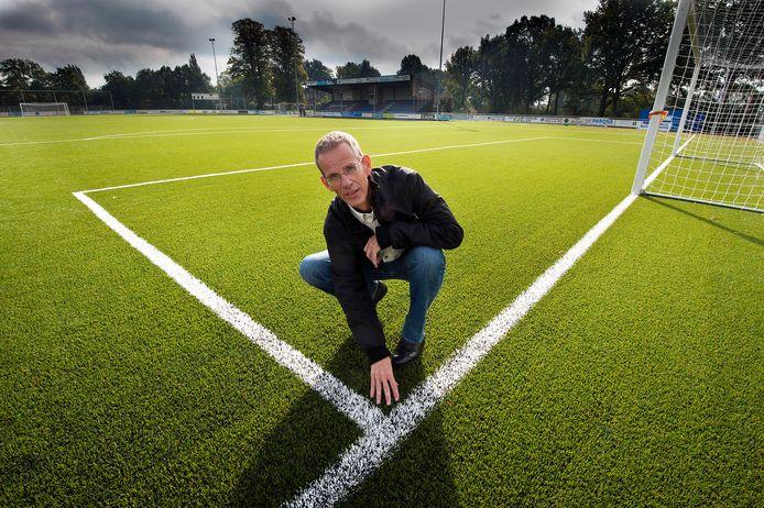 Scheidsrechter Herman Post werd omver geduwd door Terborg-speler Furkan Yeter.