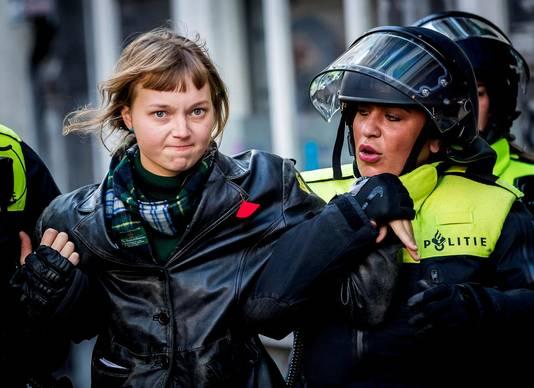 De politie treedt op bij de bezetting van het P.C. Hoofthuis in september.
