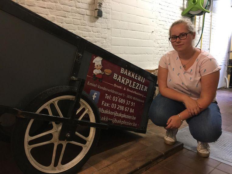 Enya Swinnen bij de aanhangwagen die wordt gebruikt om het brood van de bakkerij te vervoeren.