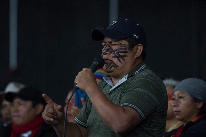 Jaime Vargas, leider van de inheemse groepering CONAIE, spreekt zijn achterban toe voordat hij in gesprek gaat met de Ecuadoraanse president Lenín Moreno.