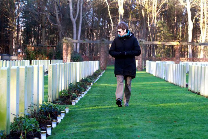 Druk is het niet, maar op deze eerste kerstdag is er nog wel wat aanloop om het eerbetoon op de begraafplaatsen te bekijken.