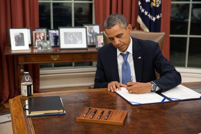President Obama ondertekent maandagavond de regeling H.R. 3210, de zogeheten Pay Our Military Act, die voorziet in het doorbetalen van militair personeel tijdens de 'shutdown'. Beeld EPA