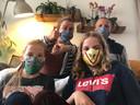 """Maartje ten Cate uit Rijen: """"Ons mam is heel handig met de naaimachine! Omdat mijn man Alwijn met het openbaar vervoer moet reizen voor zijn werk is ons mam alvast aan de slag gegaan. Met deze foto bedanken wij haar voor de katoenen mondkapjes."""""""