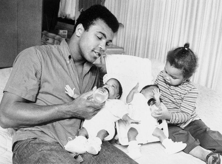 Muhammad Ali (1942-2016) met zijn oudste kinderen in 1970. Beeld Beltmann, Getty