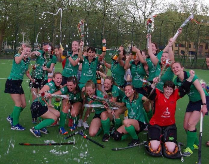 Het team Dames 1 van Hockeyclub Oude IJsselstreek (HCOIJ) vieren het kampioenschap.