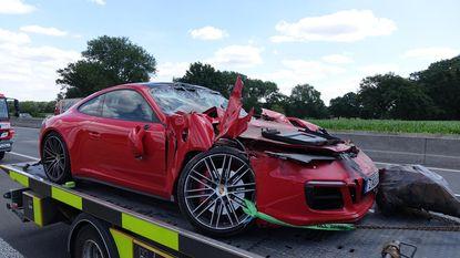 Porsche knalt op vrachtwagen: twee gewonden