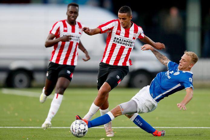 Ihattaren is Brouwers van FC Den Bosch te snel af.