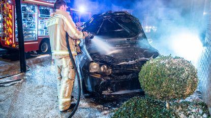 Wagen brandt uit langs Zuidlaan
