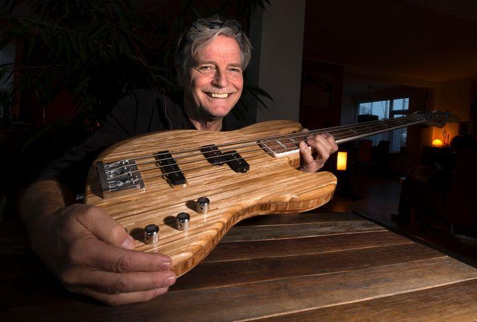 tk-11-11-2020-Groenlo-Willem te Molder bouwde een gitaar van 1000 verfroerstokjes-Foto Theo Kock-01