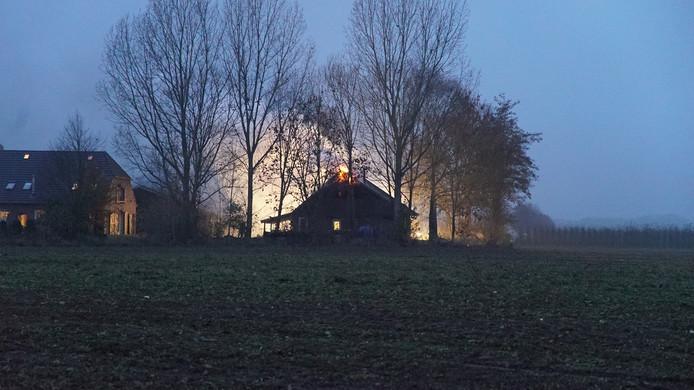Een bijgebouw van een boerderij in Wilp staat in brand