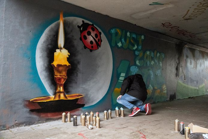 Grafiti-artiest Maurice 'Morris' Broekhoff maakt in fietstunnel Woezik een werk voor Sebastiaan (aka Loos), slachtoffer van de dodelijke aanrijding in Wijchen.