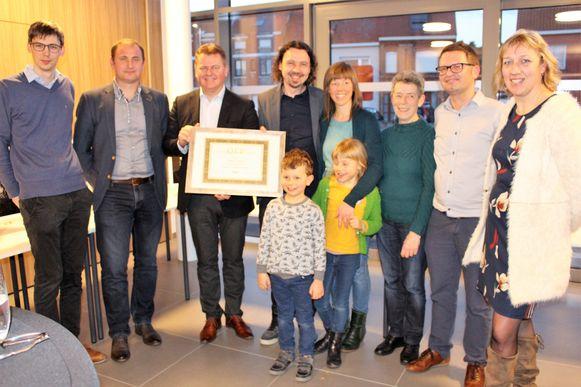 Topfotograaf Pieter Clicteur (centraal) uit Oudenburg nam het label in ontvangst in aanwezigheid van zijn familie.