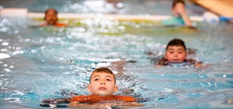 Terugkeer schoolzwemmen alweer van de baan in Wierden: 'Dat laat financiële situatie gemeente niet toe'