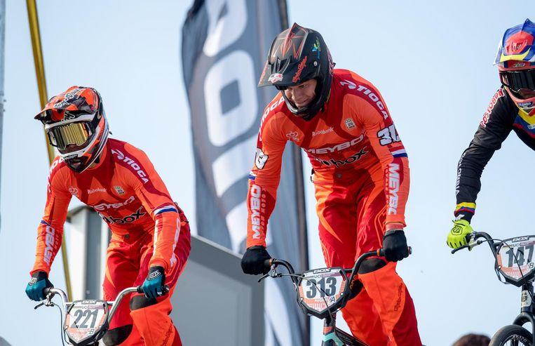 Niek Kimmann en Kevin van Groenendaal aan de start van de UCI BMX Supercross World Cup. Beeld anp