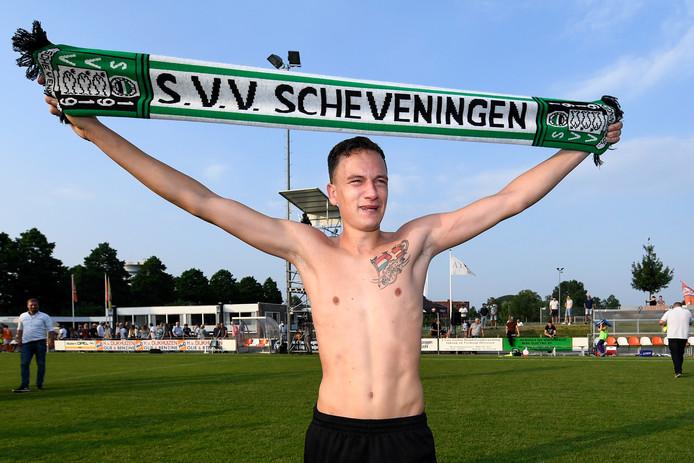 Barry Rog, trotse Scheveninger in Tiel na de promotie naar de tweede divisie.