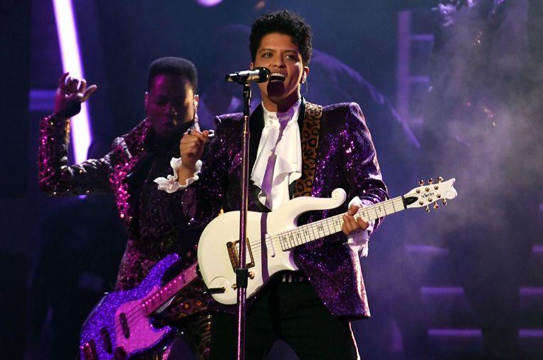 Bruno Mars brengt een eerbetoon aan Prince tijdens de Grammy's, begin 2017. Beeld afp