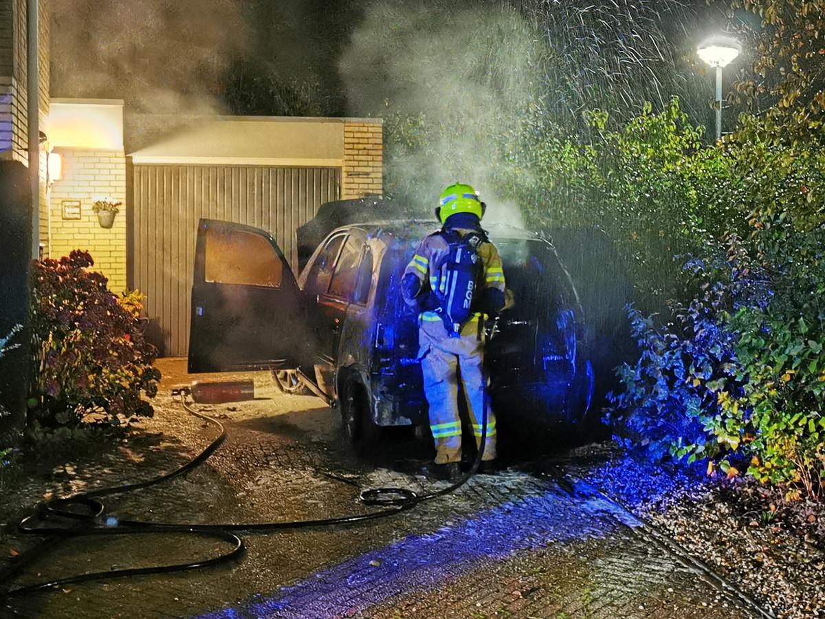 De brandweer heeft de auto kunnen blussen in Zevenaar.