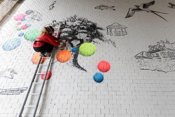 Street-art kunstenares Rosalie de Graaf van RoosArt Paintings uit Doesburg is begonnen met het aanbrengen van haar kunstwerk bij het viaduct aan de Cortenoeverseweg.